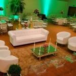 Lounge com Sofá Branco e Poltronas